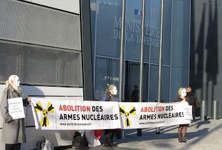 Devant l'entrée du ministère de la défense, octobre 2015